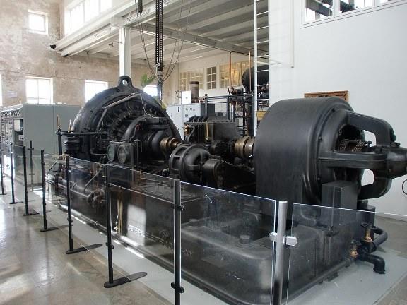 Il cuore della trasmittente di Grimeton ( SAQ) a 17.2 Khz. Le sue componenti fondamentali sono lo stupendo e rarissimo alternatore di Alexanderson (a sinistra), il motore asincrono ( a destra), il reostato ( al centro) ed il gruppo di trasmissione ( ed elevazione giri motore).